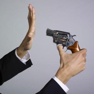 main tenant une arme auto dfense